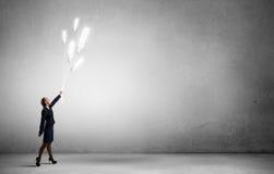 Donna con il pallone della lampadina Fotografia Stock