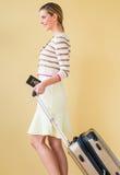 Donna con il passaporto e valigia che camminano contro Backgro colorato fotografia stock libera da diritti