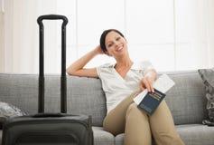 Donna con il passaporto ed il biglietto della holding del sacchetto Immagini Stock