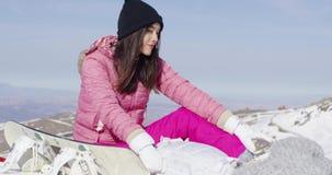 Donna con il pattino sul picco di montagna video d archivio