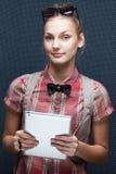 Donna con il pc della compressa immagine stock