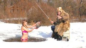 Donna con il pesce a disposizione nell'inverno in acqua archivi video