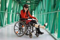 Donna con il piedino in intonaco Fotografia Stock Libera da Diritti