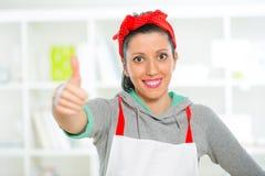 Donna con il pollice su che gesturing Fotografie Stock