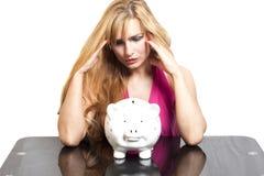 Donna con il porcellino salvadanaio isolato su bianco fotografia stock libera da diritti