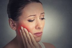 Donna con il problema sensibile della corona di dolore del dente circa al grido da dolore Fotografia Stock Libera da Diritti