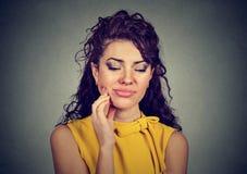 Donna con il problema sensibile della corona di dolore del dente circa al grido da dolore Fotografie Stock