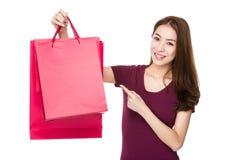 Donna con il punto del dito al sacchetto della spesa Immagini Stock