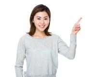 Donna con il punto del dito su Fotografia Stock