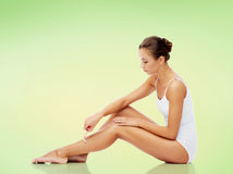Donna con il rasoio di sicurezza che rade le gambe Fotografie Stock Libere da Diritti