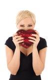 Donna con il regalo del biglietto di S. Valentino Fotografia Stock