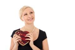 Donna con il regalo del biglietto di S. Valentino Immagine Stock