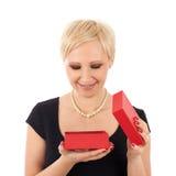 Donna con il regalo del biglietto di S. Valentino Immagini Stock