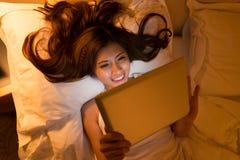 Donna con il ridurre in pani digitale Fotografia Stock