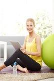 Donna con il ridurre in pani digitale Immagine Stock