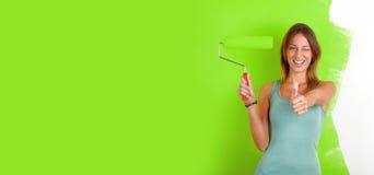 Donna con il rullo di pittura immagini stock libere da diritti
