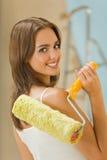 Donna con il rullo di vernice Fotografie Stock