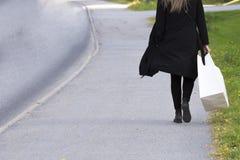 Donna con il sacchetto della spesa bianco Immagine Stock Libera da Diritti