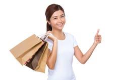 Donna con il sacchetto della spesa ed il pollice su Fotografia Stock