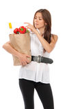 Donna con il sacchetto di acquisto della drogheria fotografia stock