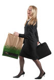 Donna con il sacchetto di elemento portante e della cartella Fotografia Stock
