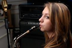 Donna con il sassofono fotografie stock