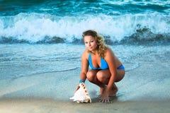 Donna con il seashell Fotografia Stock Libera da Diritti
