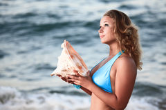 Donna con il seashell fotografia stock
