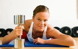 Donna con il segnalatore acustico muto in ginnastica Fotografia Stock