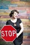 Donna con il segnale stradale Fotografie Stock Libere da Diritti