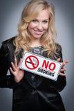 Donna con il segno non fumatori. Fotografia Stock Libera da Diritti