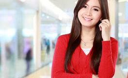 Donna con il sorriso che esamina macchina fotografica Fotografia Stock