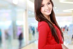 Donna con il sorriso che esamina macchina fotografica Immagine Stock