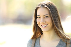 Donna con il sorriso perfetto che esamina macchina fotografica all'aperto Immagini Stock