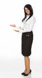 Donna con il suo braccio fuori in un gesto d'accoglienza Fotografia Stock