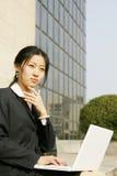 Donna con il suo computer portatile Fotografie Stock