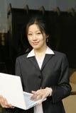 Donna con il suo computer portatile Immagini Stock Libere da Diritti