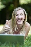 Donna con il suo computer portatile in natura Fotografia Stock Libera da Diritti