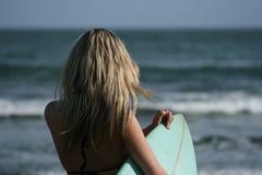 Donna con il surf dal mare fotografia stock libera da diritti