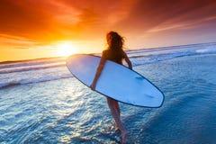 Donna con il surf fotografia stock libera da diritti