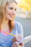 Donna con il taccuino e la matita Immagini Stock Libere da Diritti