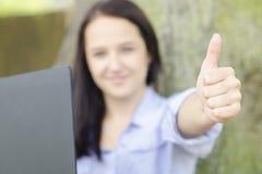 Donna con il taccuino in una natura Fotografia Stock Libera da Diritti