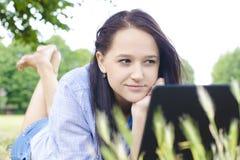 Donna con il taccuino in una natura Fotografie Stock Libere da Diritti