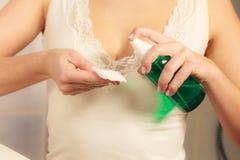 Donna con il tampone di cotone che pulisce la sua pelle Fotografie Stock