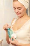 Donna con il tampone di cotone che pulisce la sua pelle Fotografia Stock