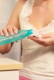 Donna con il tampone di cotone che pulisce la sua pelle Immagini Stock Libere da Diritti