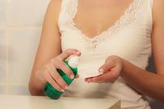 Donna con il tampone di cotone che pulisce la sua pelle Fotografia Stock Libera da Diritti