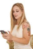 Donna con il tatuaggio del testo del telefono Fotografia Stock Libera da Diritti
