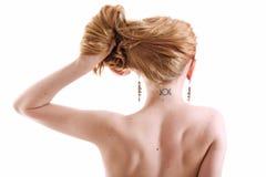 Donna con il tatuaggio slavo della runa della luna sul collo Immagini Stock Libere da Diritti