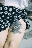 Donna con il tatuaggio sulla sua gamba Immagini Stock Libere da Diritti